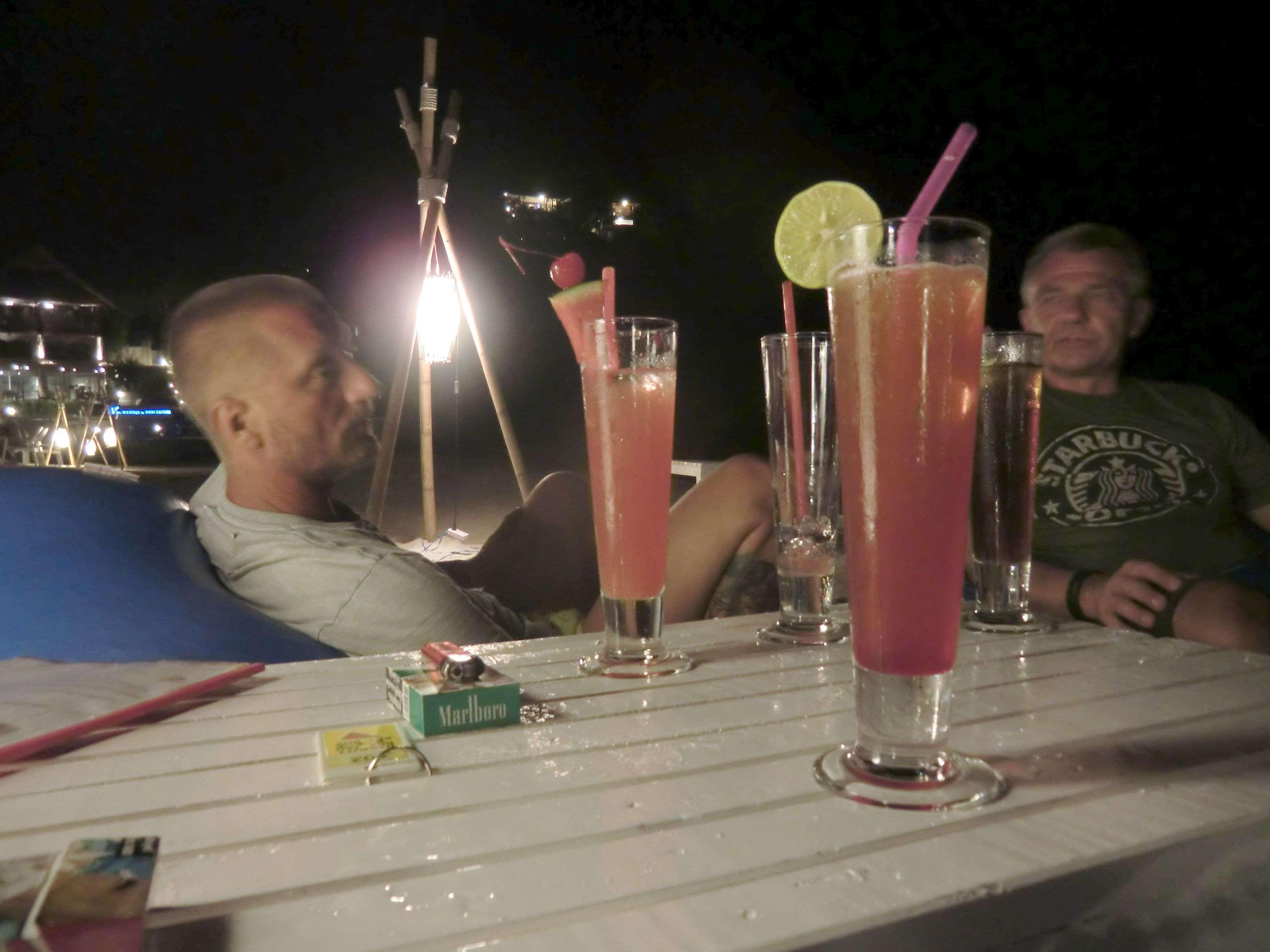 ganz links: Bibo, mitte links: Mai Tai, mitte hinten: leeres Glas, mitte rechts : Long Island Icetea, hinten rechts: Ralle, vorne: Sex on the Beach.... ;-)