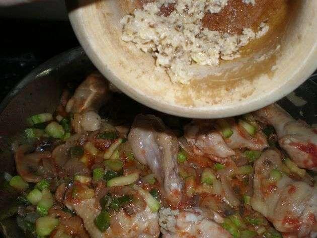 Elaborando arroz con machacado de frutos secos